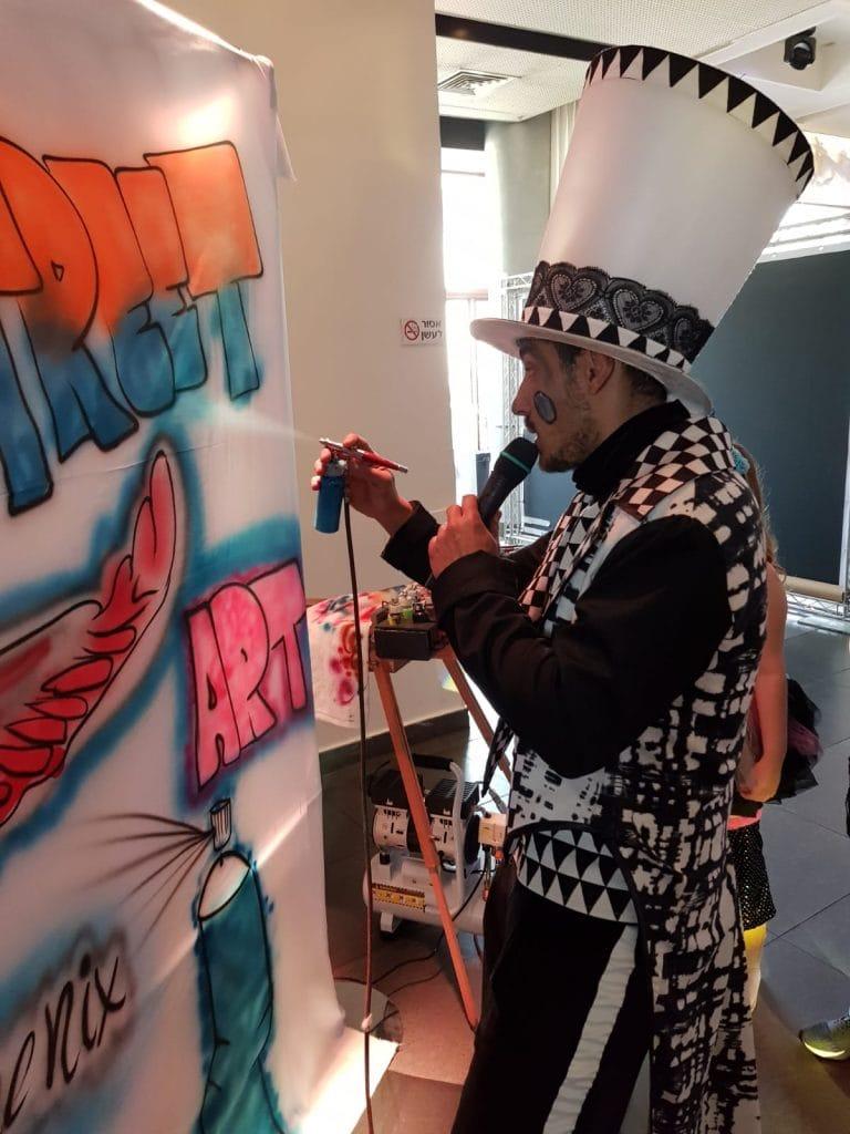 מציירים על קיר גרפיטי